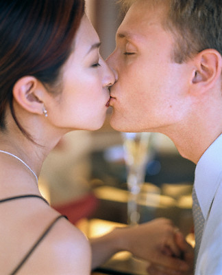 http://www.french-kissing-tips.com/images/kissing/wine_bar_kiss.jpg